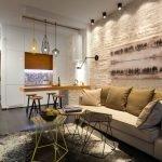Столики разного цвета у дивана