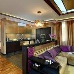 Золотистые шторы в интерьере гостиной
