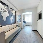 Карта на стене гостиной