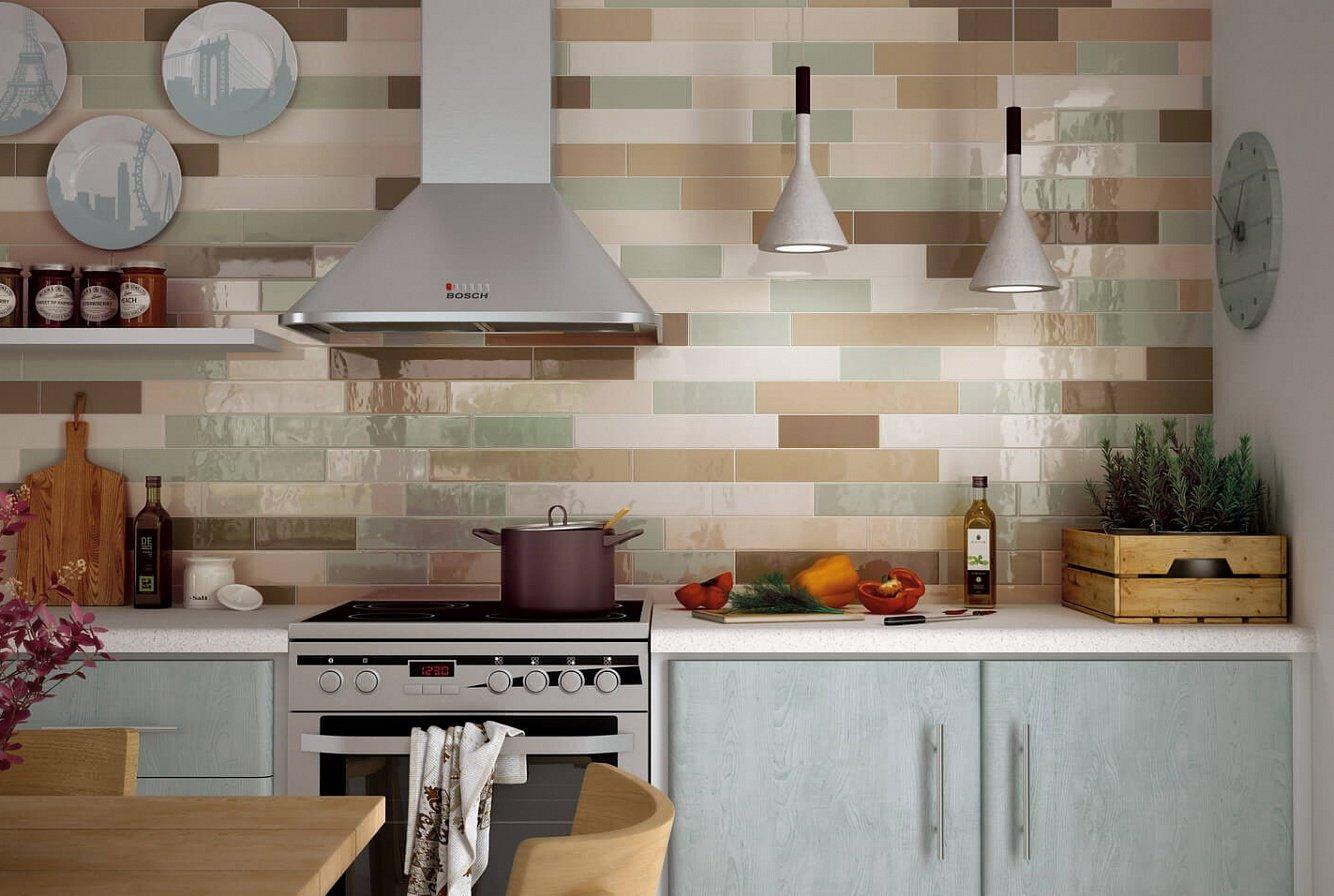 Декоративные тарелки на кухонной стене