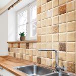 Плитка с имитацией дерева на кухонной стене