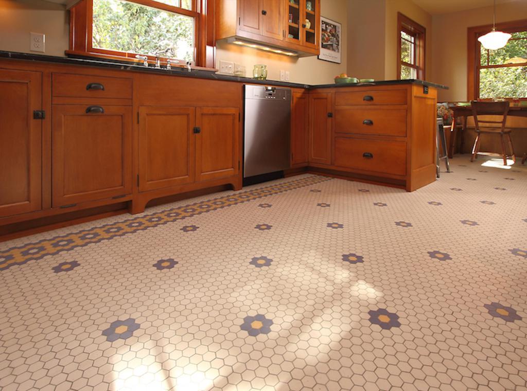 Мозаичный пол на кухне