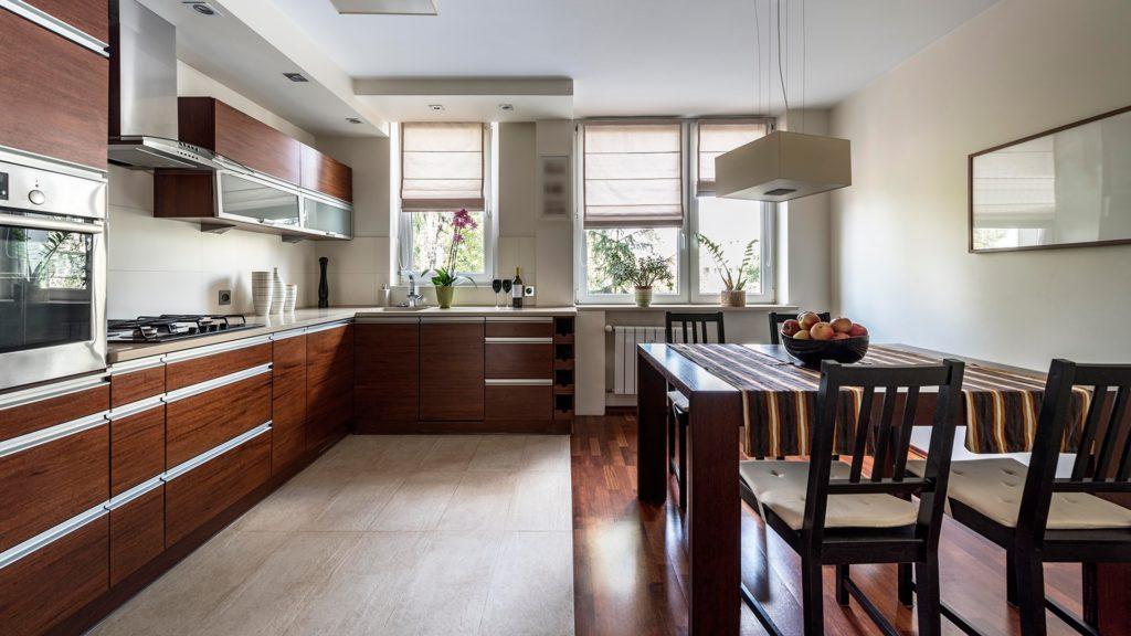 Плитка и ламинат на полу кухни