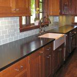 Мебель из натурального дерева в интерьере кухни