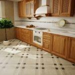 Мебель из натурального дерева на кухне