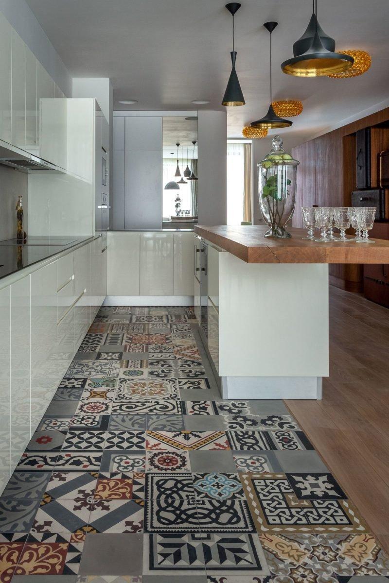 Черно-бронзовые люстры на кухне