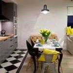 Плитка на полу рабочей зоны на кухне