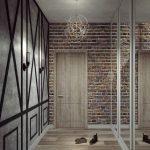 Кирпичная стена в прихожей