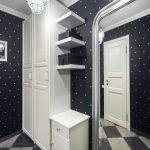 Черные стены и белая мебель в прихожей