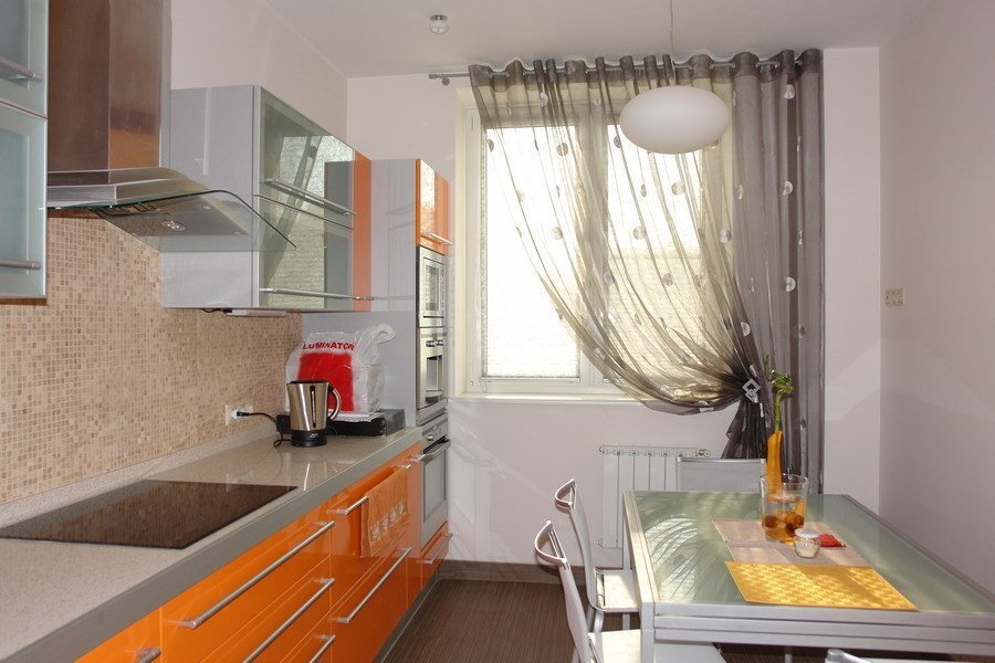 Легкие шторы на кухне