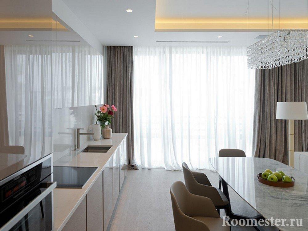 Прямые шторы на кухне