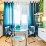Прозрачные стулья и столик на кухне