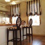 Полосатые шторы в интерьере кухни