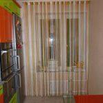 Разноцветные шторы на окне в кухне