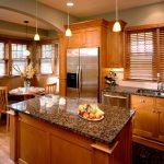 Подвесные люстры над столом-островом на кухне