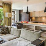 Интерьер кухни-гостиной с барной стойкой
