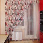 Занавеска с цветами на кухонном окне