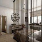 Оригинальные часы над комодом в спальне
