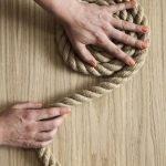 Сматываем канат в кольцо, придерживая рукой центральную часть будущего коврика