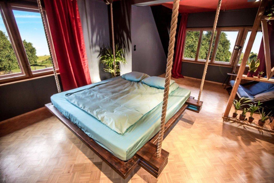 Спальня с кроватью на канатах