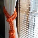 Белая штора и оранжевый канат