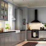 Интерьер кухни со встроенными светильниками и подвесными люстрами
