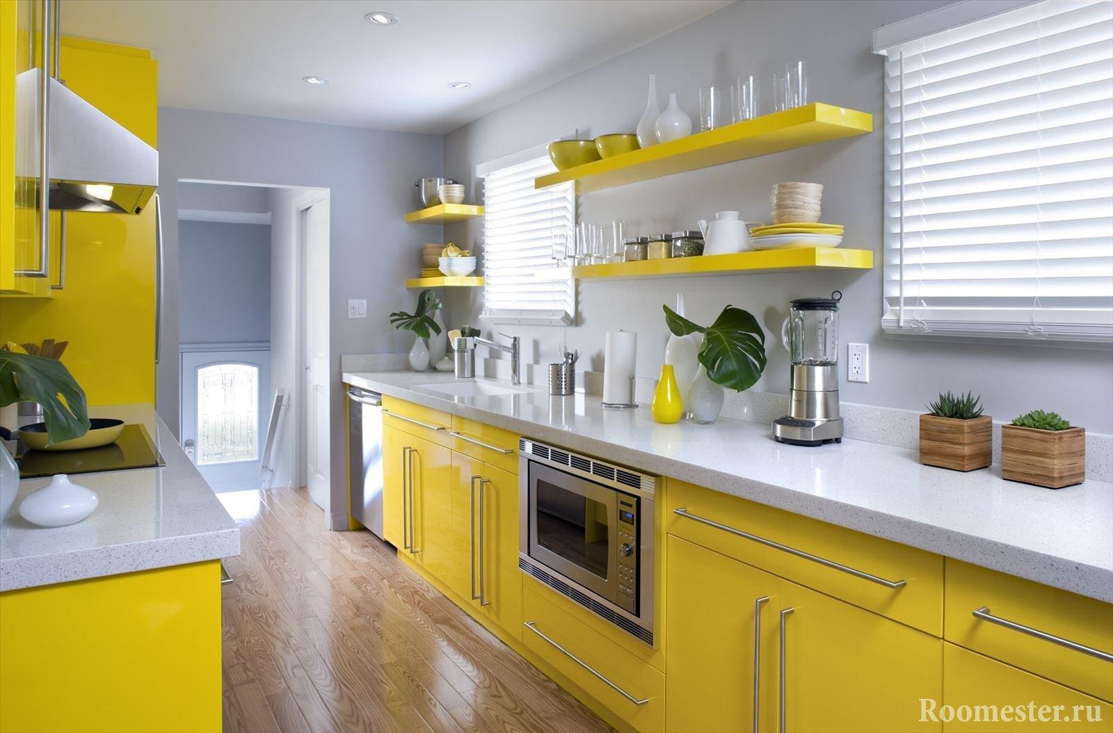Сочетание желтой мебели и серых стен на кухне