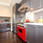 Серая мебель и красная плита на кухне