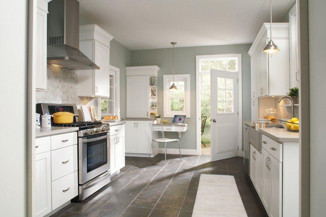 Белая мебель и серые стены в интерьере кухни
