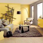 Желто-серый интерьер гостиной