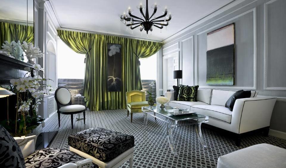 Зеленые шторы в сером интерьере