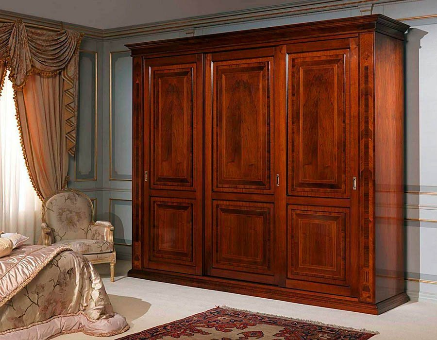 Интерьер спальни со шкафом-купе из натурального дерева
