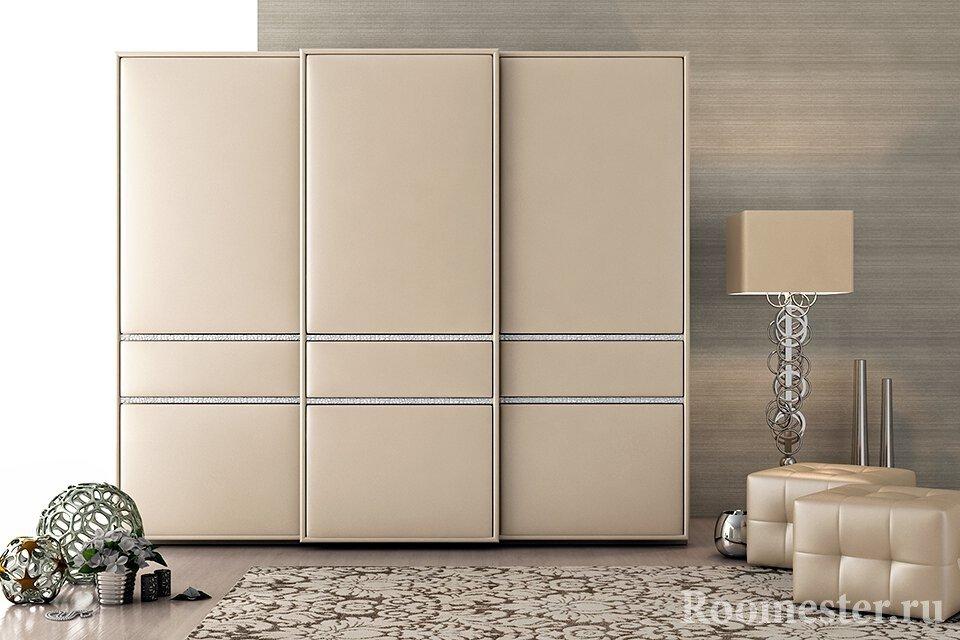 Современный дизайн комнаты со шкафом-купе с отделкой из кожи