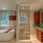 Дерево и камень в интерьере ванной