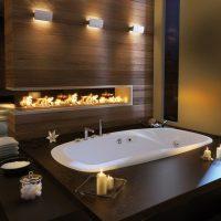 Современный дизайн ванной комнаты с камином