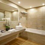 Светлая плитка в интерьере ванной