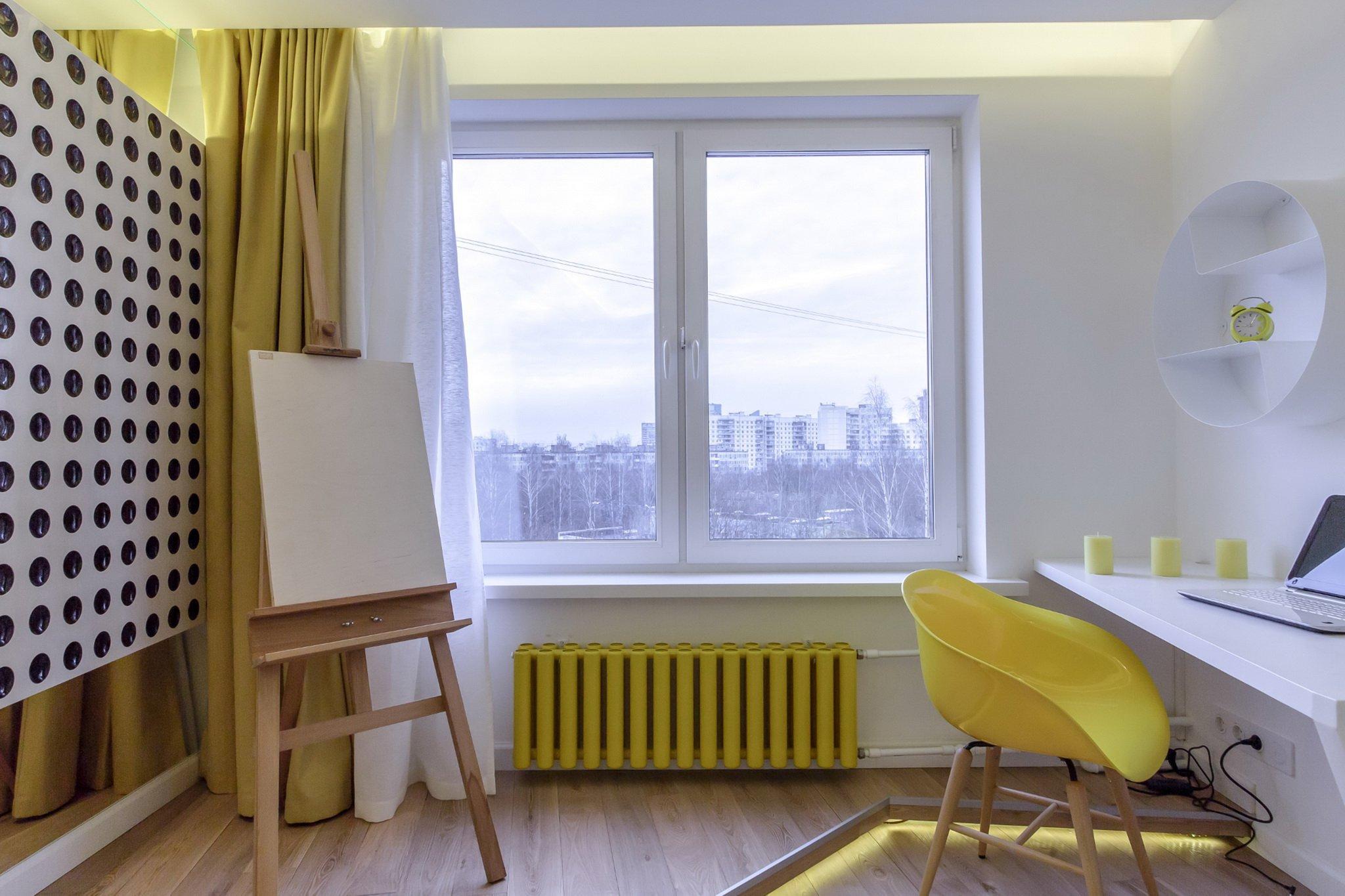 Яркая желтая батарея в комнате