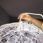 Фиксируем провод при помощи плафона, предварительно продев его через слои нити