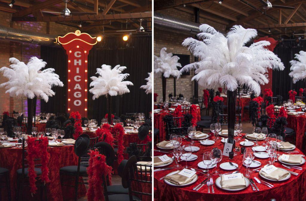 Декор из страусиных перьев на столе