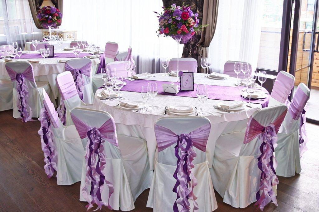 Оформление гостевых столов и стульев на свадьбе