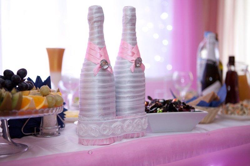 Декор свадебных бутылок лентами