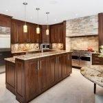 Стильная мебель из дерева на кухне