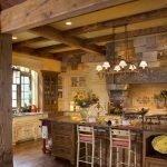 Столбы и балки из дерева на кухне