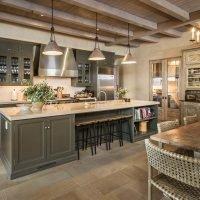 Дизайн кухни с балками на потолке в доме