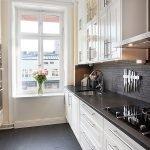 Черный фартук и белая мебель на кухне