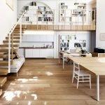 Лестница с белыми перилами
