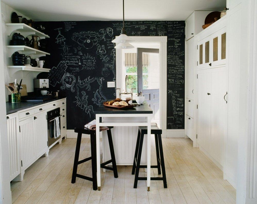 Сочетание белой мебели и черных стен