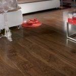 Ламинат с текстурой дерева на полу