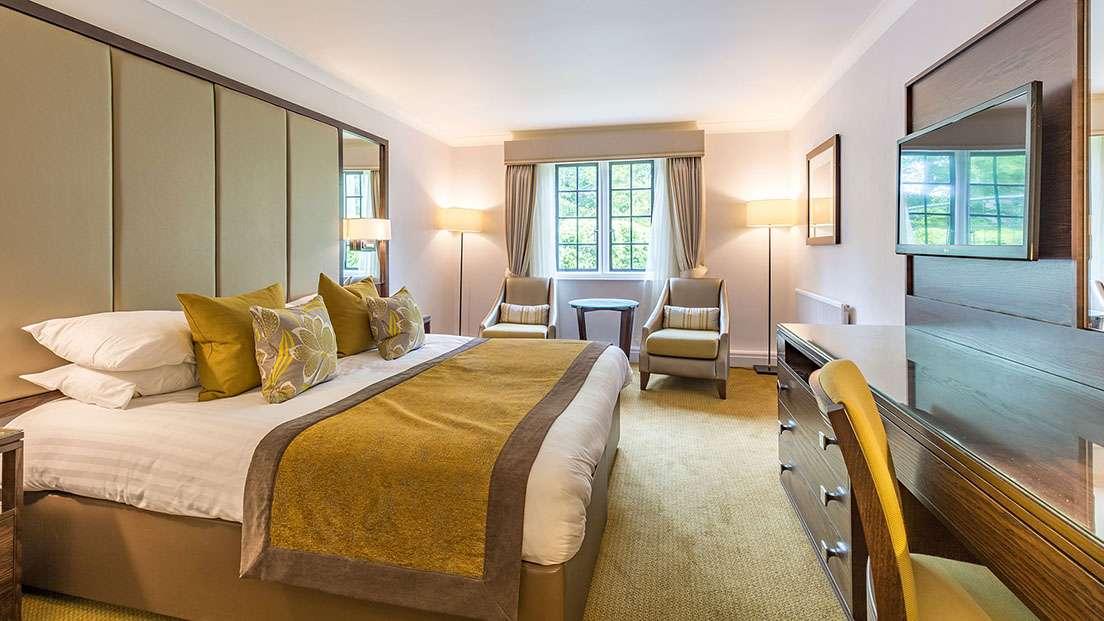 Белый потолок в светлой спальне