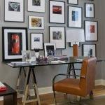 Стеклянный стол в кабинете